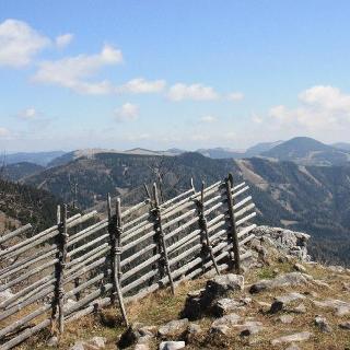 Blick vom Gipfel nach Osten. Links hinten wieder der Heulantsch.