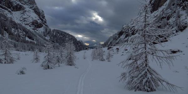 Der flache Talboden des Val Ombreta