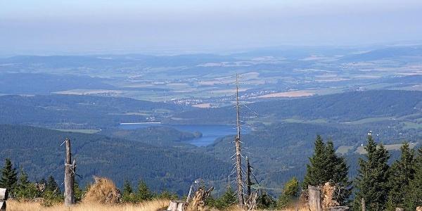 Blick vom Grenzkamm zum tschechischen Nirsko-Stausee