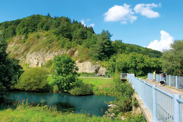 """Diemelbrücke Ostheim vor der """"Nase"""" des Schwiemelkopfs"""