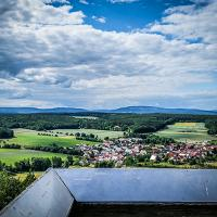 """Der kleine Aussichtsturm """"Reichenbacher Blick"""" bietet einen herrlichen Blick über das Dorf Reichenbach auf die Rhön."""