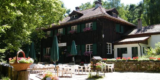 Hungrige Wanderer können in der Waldgaststätte Forsthaus Lindemannsruhe einkehren.