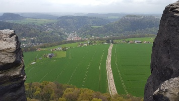 Foto Blick vom Lilienstein in Richtung Ebenheit - Im Hintergrund Königstein und rechts die Festung Königstein (südwestlich)