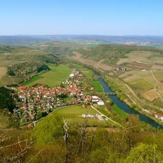 """Blick vom Lemberg in nordwestliche Richtung auf Oberhausen an der Nahe (Ort links im Bild); die Nahe verläuft hier im Naturschutzgebiet """"Nahetal von Boos bis Niederhausen"""""""