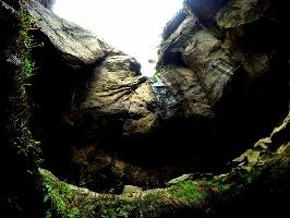 Foto Erdrückende Felsüberhänge in der Gautschgrotte