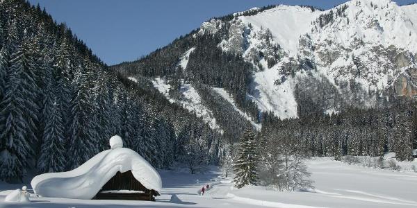 Almhütte mit Schnee