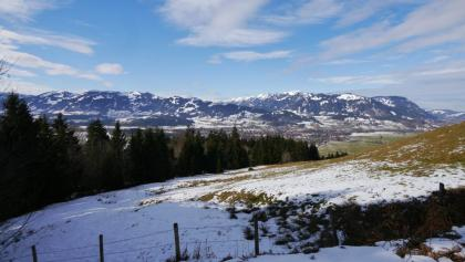 Wunderschöner Ausblick auf die verschneiten Allgäuer Alpen