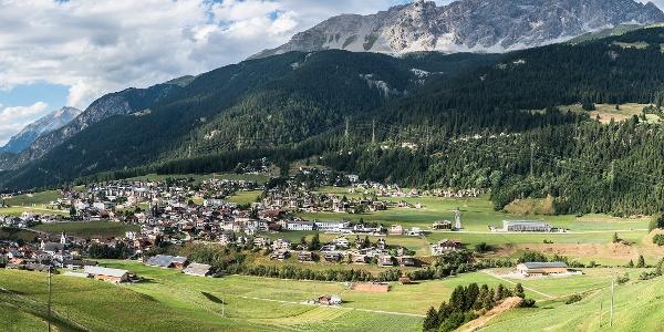 Savognin mit dem Lärchenwald Laresch