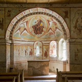 romanische Freken im Inneren des Kirchleins St. Helena