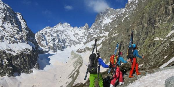 Blick auf den Glacier Noire. Hinten der Pic Coolidge (3775 m) und - die Nadel rechts davon - Le Fifre (3699 m).