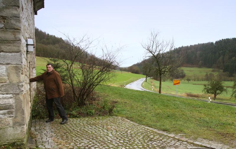 Bürgermeister Jürgen Silberzahn an der Allerheiligenkapelle   - © Quelle: Hohenlohe + Schwäbisch Hall Tourismus e.V.
