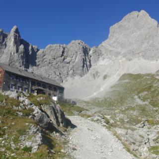 Lamsenjochhütte mit Lamsenspitze
