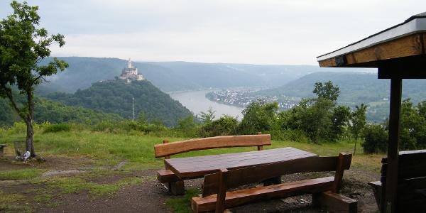 Von der Kerkertser Platte schweift der Blick zur Rheinschleife bei Sayn und hinüber zur Marksburg oberhalb von Braubach.