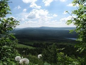 Blick vom Bärenstein (898m) auf Talsperre Cranzahl und Fichtelberg (1215m)