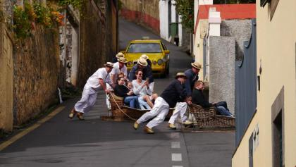 Lustige Korbschlittenfahrt in Monte/Funchal