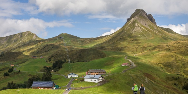 Blick auf Elsenalpstube, Mittagsspitze und Hohes Licht