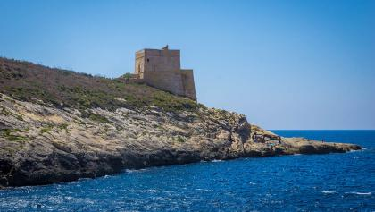 Der Xlendi Tower am Rand der Xlendi Bay
