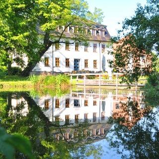 Blick über den Teich zum Hotel - Wilhelmsglücksbrunn