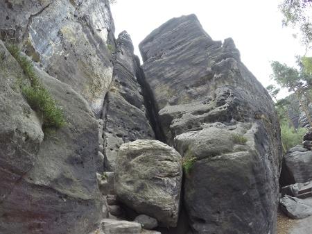 Foto Durch diesen engen Felsspalt geht die schwierige Variante im Westaufstieg (Falkenschlucht) auf den Gohrisch