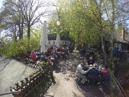 Foto Der Biergarten der Berghütte auf dem Papststein