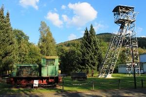 Förderturm und Lore am Besucherbergwerk Ramsbeck
