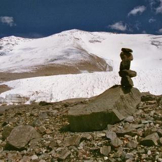 Selbsterrichtete Steinmänner sollen die Orientierung bei schlechter Sicht erleichtern