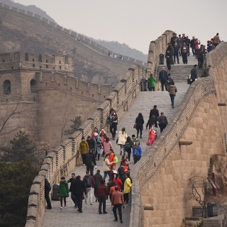 Entlang der mächtigen Mauer
