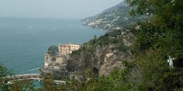 Bootshafen mit historischem Gebäude von Maiori