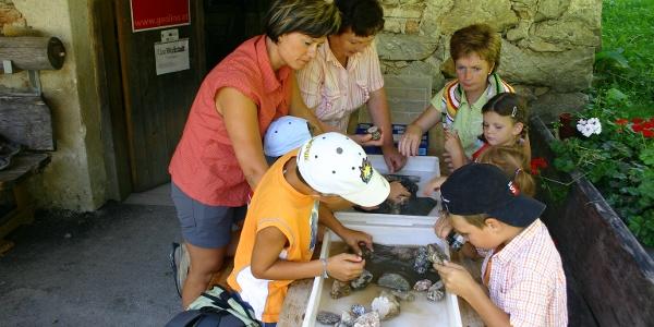 Steine bearbeiten in der GeoWerkstatt