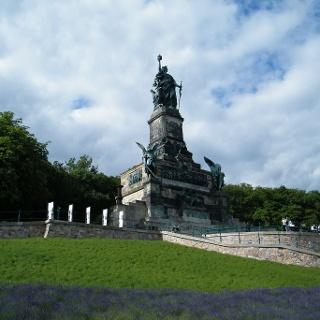 Das Niederwald Denkmal zeigt Germania mit Kaiserkrone und Reichsschwert.