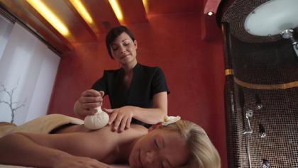Massage mit Kräuterstempeln im H2O Herford