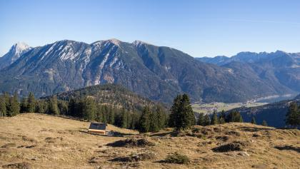 Weitblick oberhalb der Seewaldhütte. Rechts der Achensee, geradeaus das Rofan und links die bayerischen Voralpen