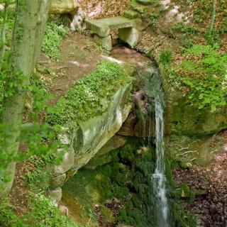 Kleiner Wasserfall über Kieselsandstein