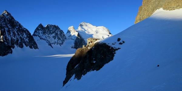 Refuge Écrins (3175 m) über dem Glacier Blanc. Hinten die Barre des Écrins (4102 m).