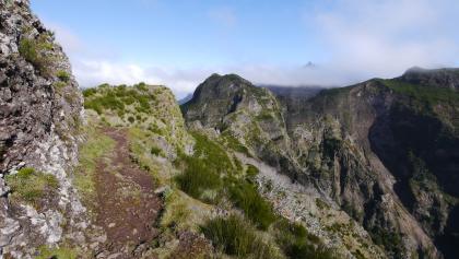 Ausblick in die Bergwelt Madeiras, in der Ferne der markante Gipfel des Pico Grande