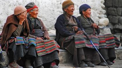Alte Frauen mit ihren Gebetsketten in Lo Manthang