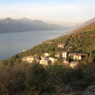 Blick über das verlassene Dorf Campo zum Gardasee.