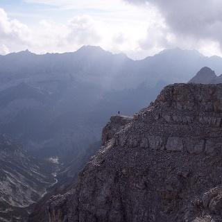 Endlose Karwendelweite – im Gipfelbereich der Birkkarspitze