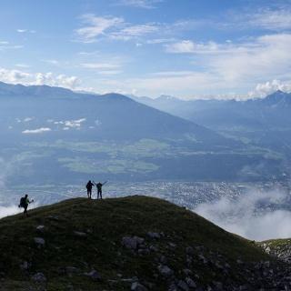 Am Südrand des Karwendels angekommen: Blick von der Arzler Scharte nach Süden übers Inntal auf Wipptal und ALpenhauptkamm