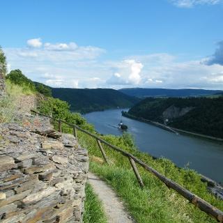 Ein herrlicher Pfad mit wunderbaren Ausblicken auf den Rhein führt uns von Dörscheid hinab nach Kaub.