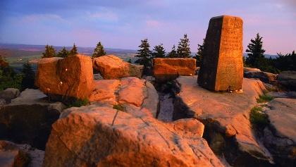 Felsen des Lippischen Velmerstot in der Abenddämmerung