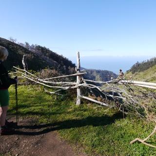 Blick auf die Südküste und das Ribeira-Brava-Tal beim Aufstieg auf den Chão dos Terreiros