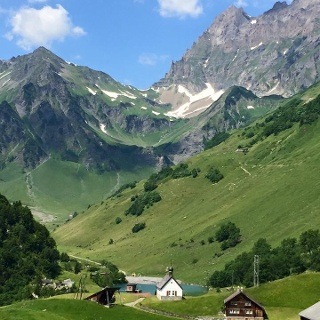 Aussicht vom Brüsti über die Alp Waldnacht zum Surenenpass