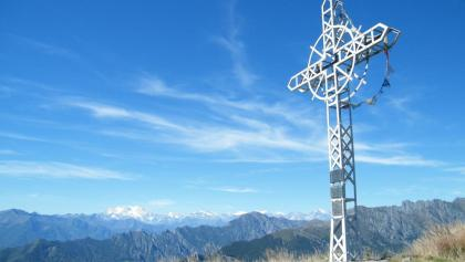 Das große Kreuz auf dem Pian Cavallone mit Blick zur Monte Rosa-Ostwand.