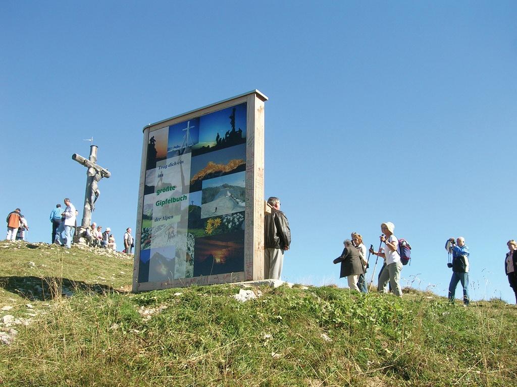 Gipfelbuch mit Gipfelkreuz am Neunerköpfle  - @ Autor: TVB Tannheimer Tal  - © Quelle: Tourismusverband Tannheimer Tal