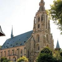 Hoch ragt die pittoreske Schlosskirche in Meisenheim auf.