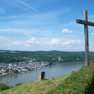 Auf der Erpeler Ley thront ein großes Holzkreuz.