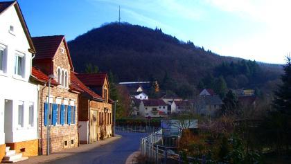 Kanalstraße Obermoschel mit dem Landsberg im Hintergrund