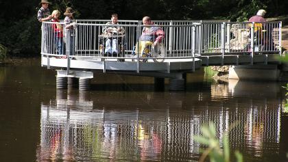 Barrierefrei zugängliche Holzplattform am Biesenweiher