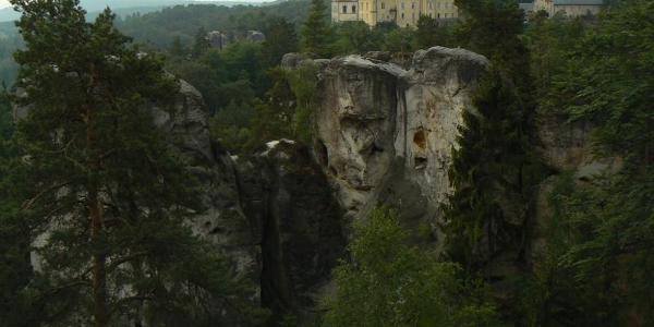 Blick auf Schloss Hrubá Skála mit Burgruine Trosky im Hintergrund